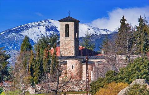 Convento románico en un un paraje agreste