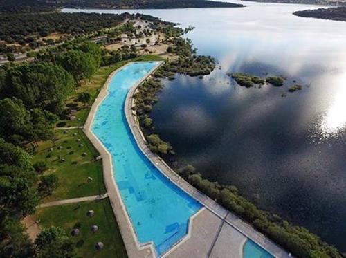 Área recreativa y piscina natural